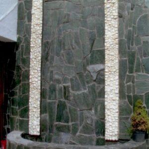 Zöld serpentino falburkolat Carrara márvány görgeteggel