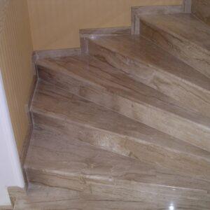Breccia Sardo márvány lépcső 1.